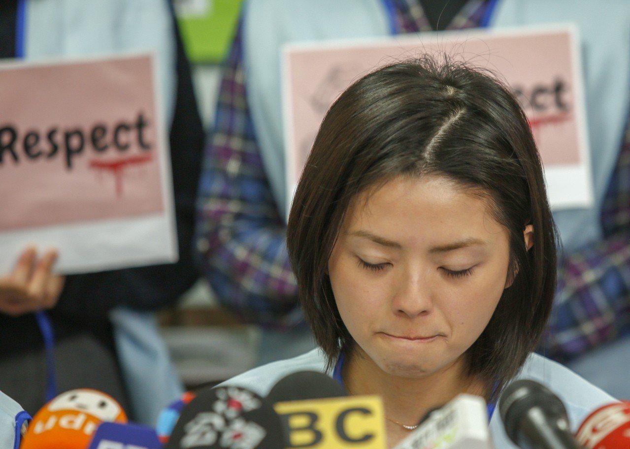 桃園市空服員職業工會下午在台北辦公室舉行空服員被逼「脫褲子、擦屁股」記者會,受害...