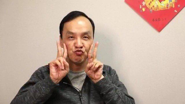 新北市前市長朱立倫日前臉書開直播公布他的豬年春聯,還比YA嘟嘴扮豬臉,讓粉絲看到...