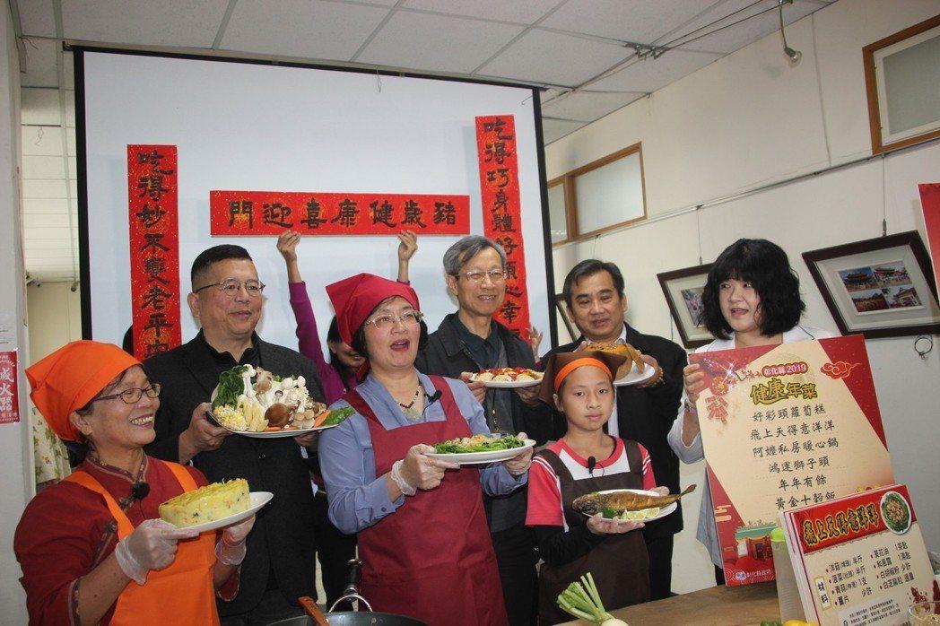 彰化縣長王惠美(左三)上任後首度在縣府開直播做菜,運用在地蔬果食材,教大家做健康...