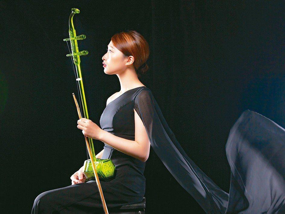 台灣工藝精品品牌「琉暢」主打以琉璃打造的琉璃樂器作品。 琉暢/提供