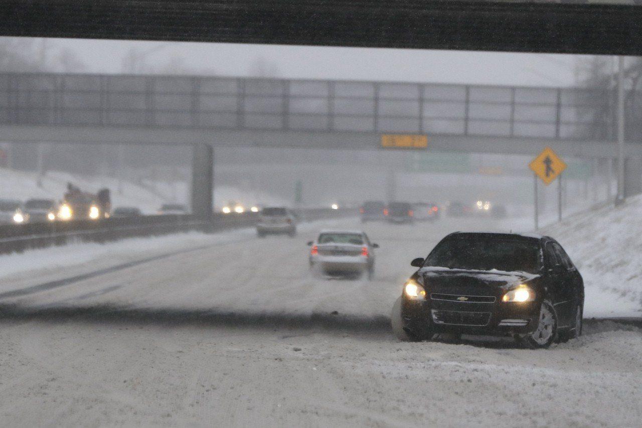 天降大雪的底特律94號公路上,車輛頻頻打滑。美聯社