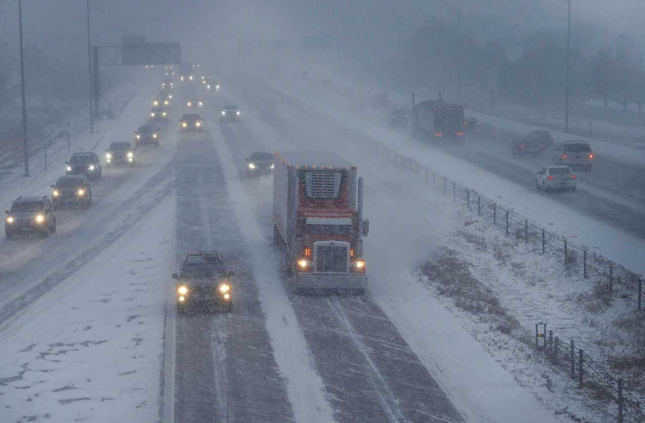 這次冬季大風雪從美西一路襲來,在西部倒下大雪。圖為愛阿華州19日大雪紛飛,公路能...