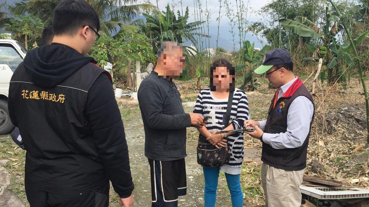 花蓮不肖廠商將抽取的水肥,隨意傾倒在市郊農地上,遭警方查獲,依違反廢棄物清理法,...
