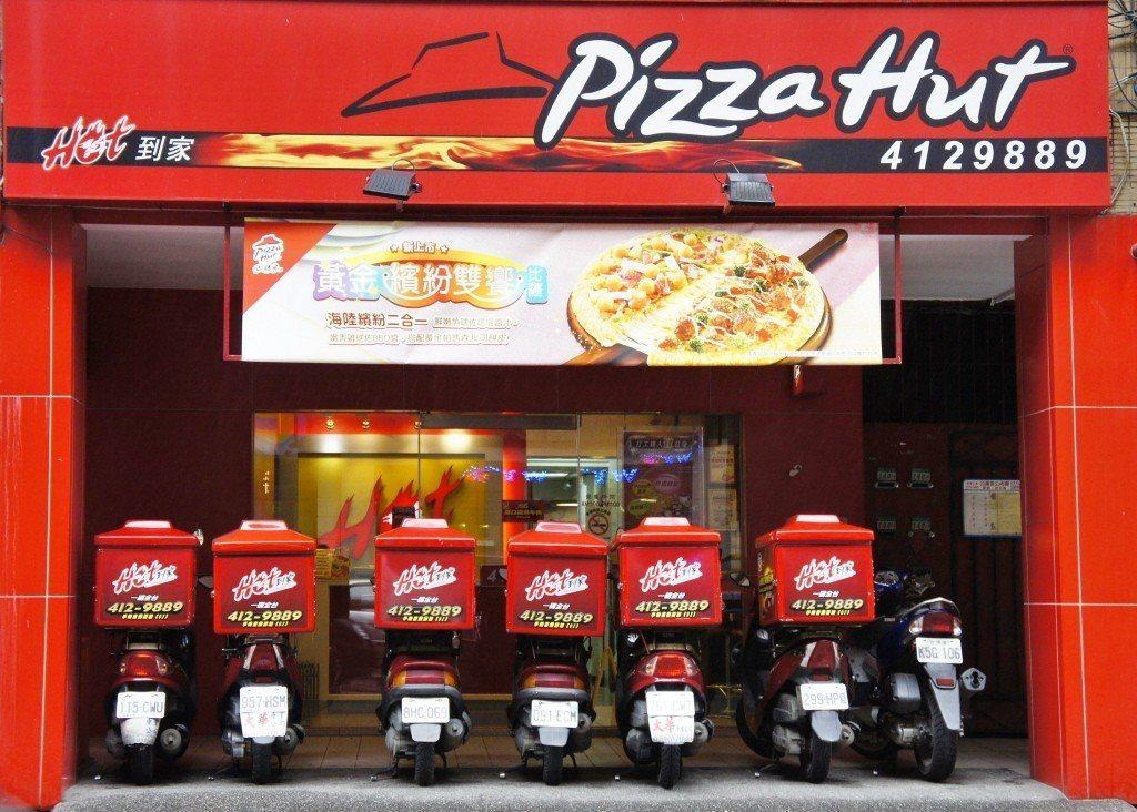 必勝客宣布,22日開始部分口味一般大比薩將調漲新台幣15元、小比薩調漲10元,調...
