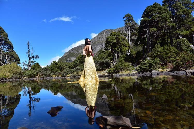 比基尼登山客「G哥」在臉書po出她在高山上拍的美照。圖擷自G哥比基尼的高山足跡
