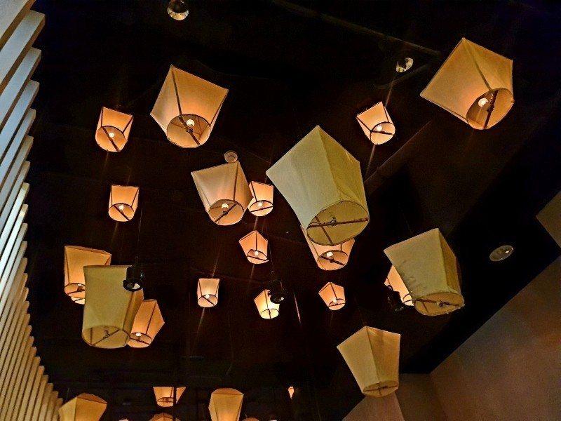 金樂足體養生會館(牡丹館)一樓的腳底按摩區,天花板裝置藝術,就像欣賞夜空天燈。 ...
