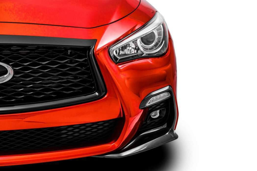 Q50 Red Sport I-Line增加前定風翼、水箱罩更換為黑色。 摘自I...