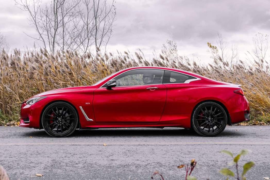 Q60 Red Sport I-Line輪圈升級為20吋亮黑鋁圈。 摘自Infi...