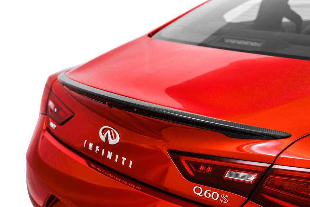 Q60 Red Sport I-Line在原本鈑件的小鴨尾上加上一片碳纖維尾翼。 摘自Infiniti