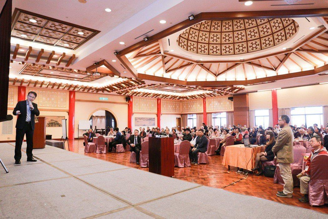 廣城廣告總經理董上裕(左)和成大校友分享高雄房地產今年走勢。 攝影/張世雅