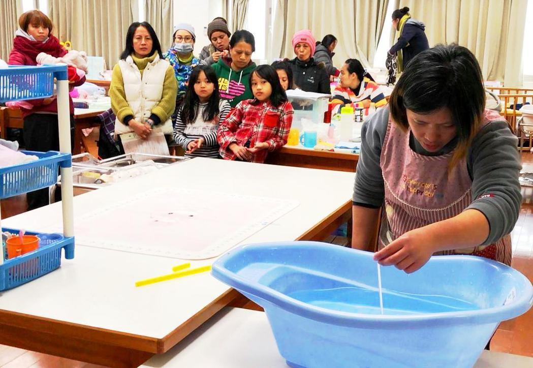 如何帶孩子是一門需要學習並親手操作的課程,圖為至善為部落婦女提供保母訓練課程。圖...