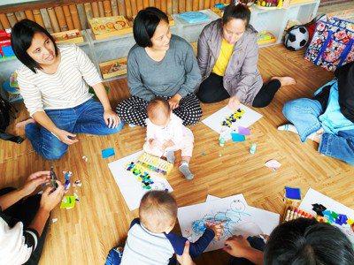 至善「陪你長大計畫」在新竹尖石、五峰原鄉進行婦女培力方案,為媽媽提供育兒知能。圖...