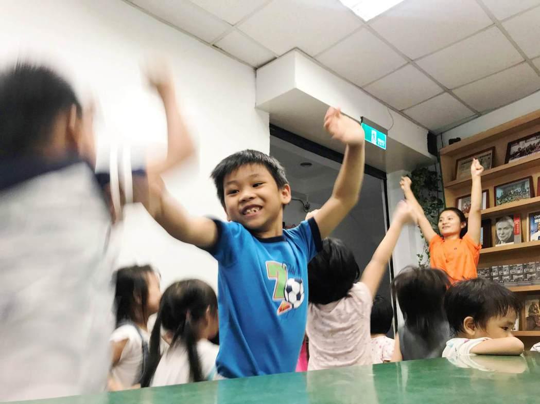 讓孩子快樂長大事每個人責無旁貸的事,年輕父母的親職教育需要民間與政府齊心協力。圖...