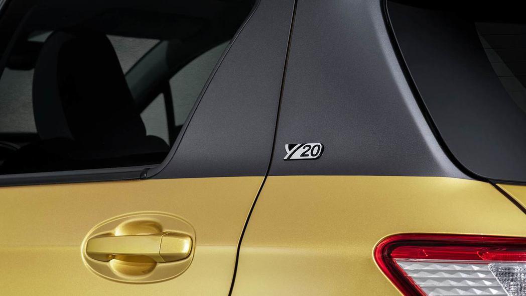 C柱上也有一個小小的Y20紀念版銘牌。 摘自Toyota