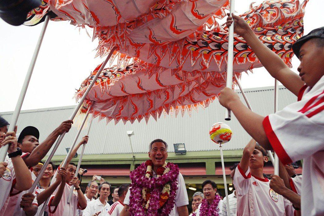 有觀察家指出,新加坡政府派錢就是給人民發糖,討好選票,如2006、2011兩次派...