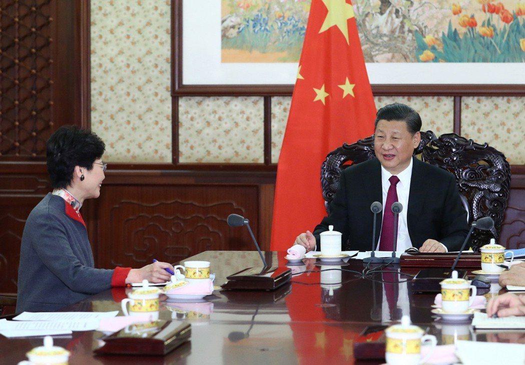 相對保守的港府嚴格奉行財政紀律,再加上過分依賴中國市場,難有突破性的政策。近年來...