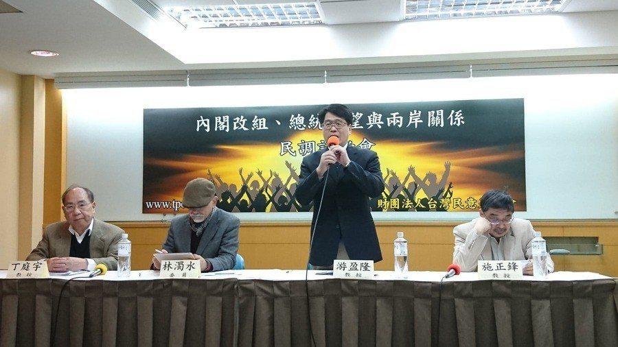 台灣民意基金會21日發布「內閣改組、總統聲望與兩岸關係民意調查」,董事長游盈隆代...