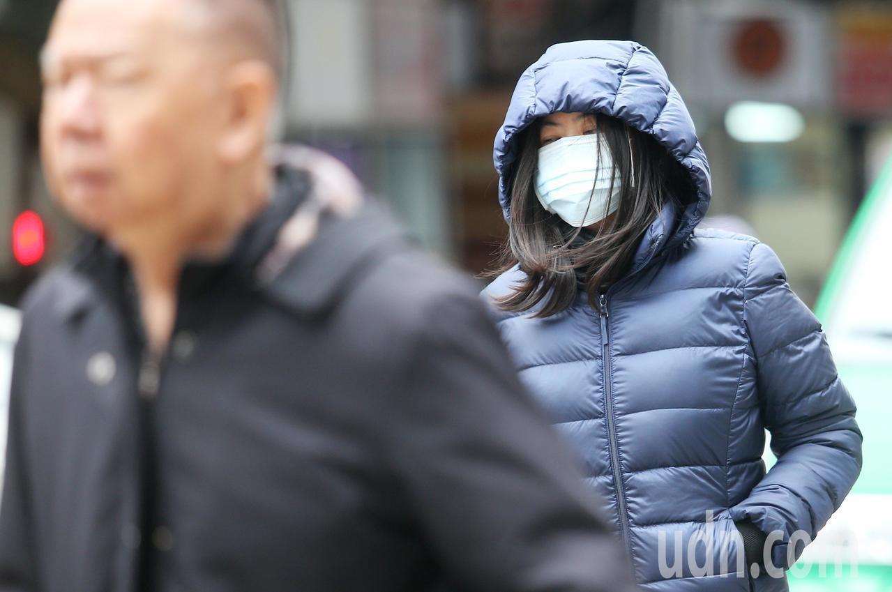 中央氣象局表示,今天強烈大陸冷氣團持續南下,北台灣整天濕冷最高溫僅17度左右,中...