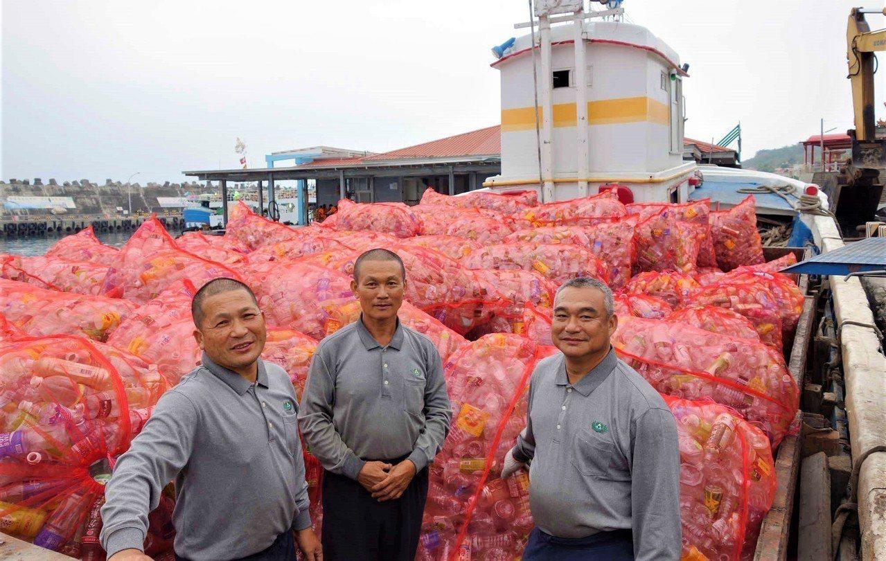 屏東縣小琉球擁有綠蠵龜、珊瑚等豐富生態與優美環境,為不讓大量遊客帶來的垃圾傷害當...