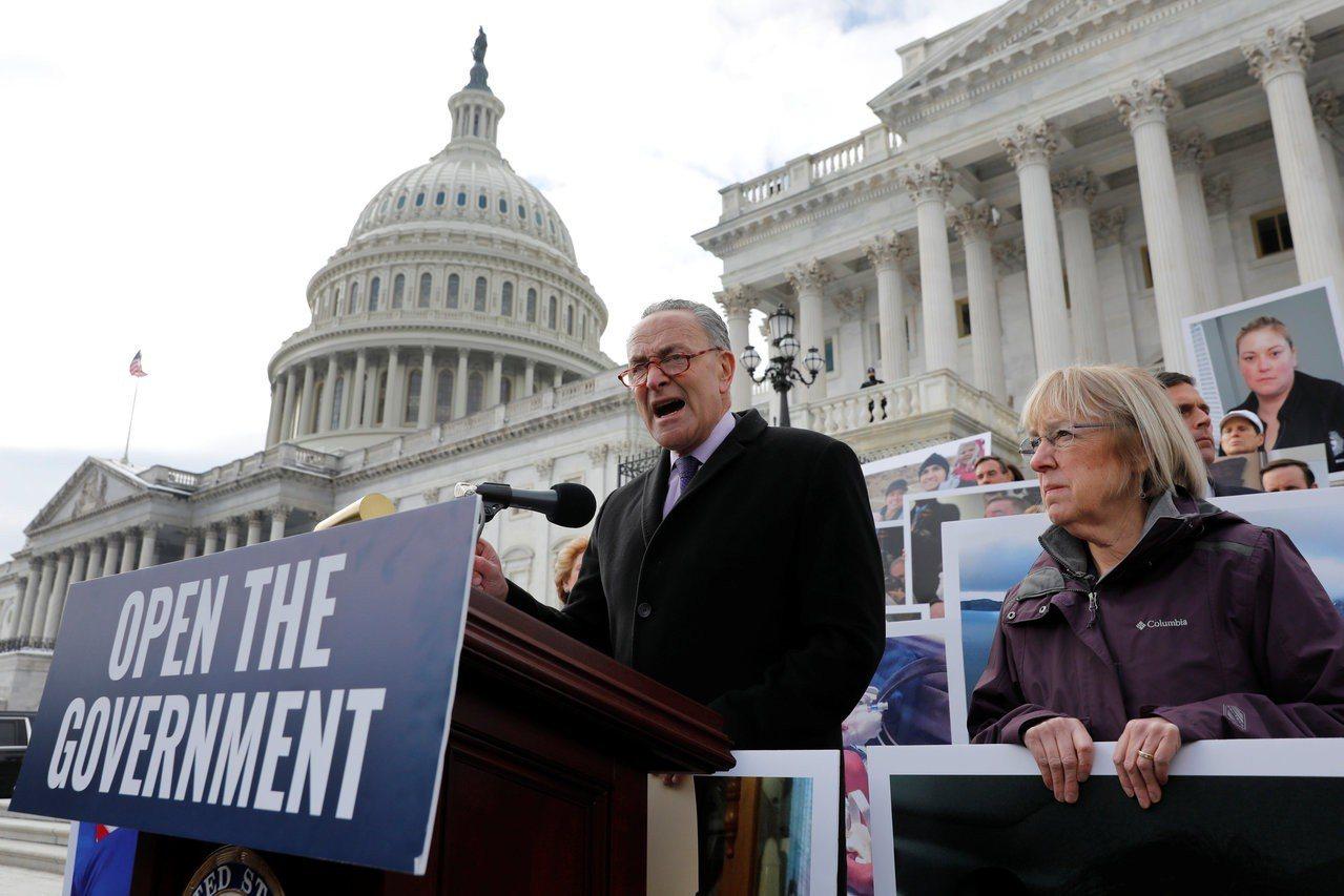 參院民主黨領袖舒默(左)正推動立法,以保護因政府關門而無法付帳單的政府員工。路透