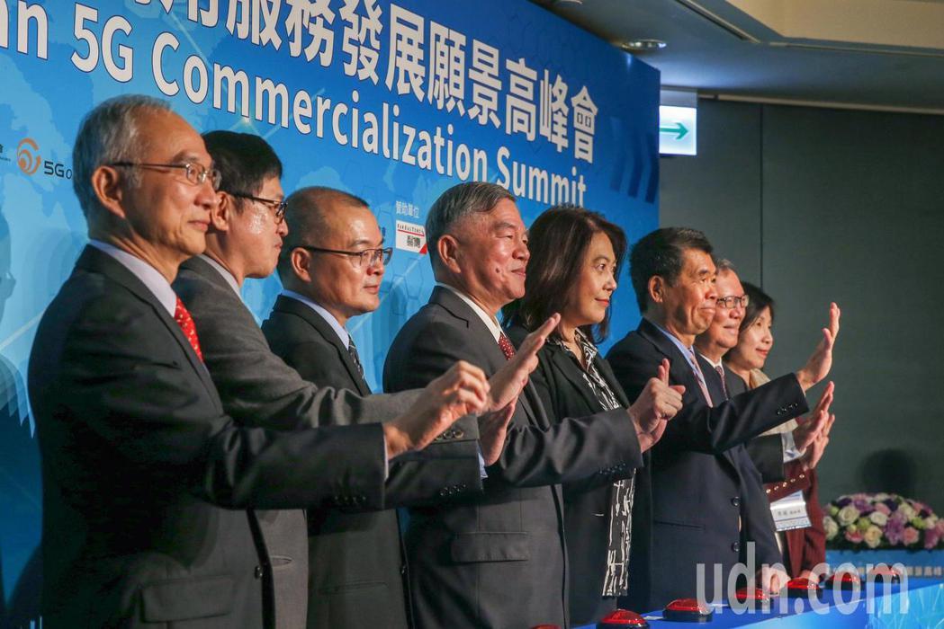 台灣5G商用服務願景高峰會上午在遠企飯店舉行,邀請亞太電信董事長呂芳銘(左起)、...