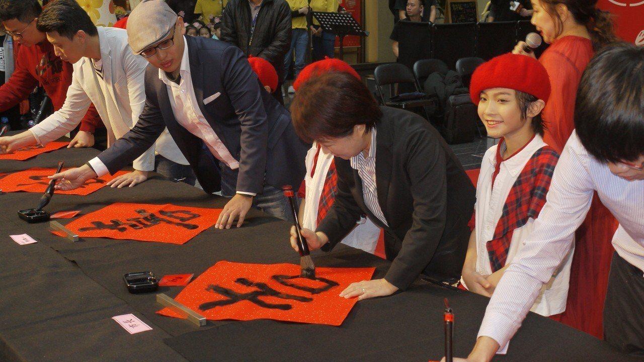 台中市長盧秀燕今早新春揮毫,以大毛筆寫下「吉」字,不過她說「字很醜」,小時候沒好...