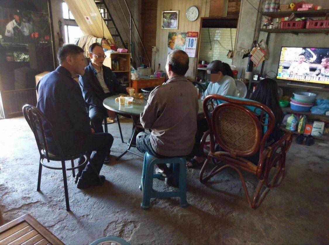 台中市和平分局長黃永志(左二)過年前慰問弱勢家庭。圖/和平分局提供
