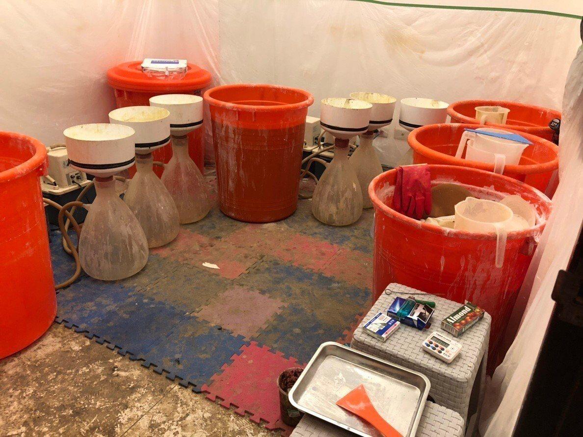 販毒集團以新配方製造K他命,捨棄被列為毒品的傳統原料,改用合法化學品,刑事局搜索...