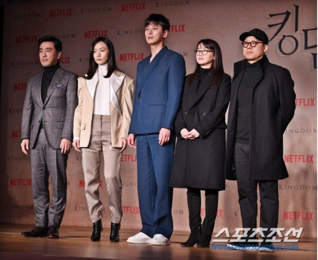 導演金成勳(右起)、編劇金銀姬、朱志勛、裴斗娜、柳承龍。圖/摘自朝鮮體育