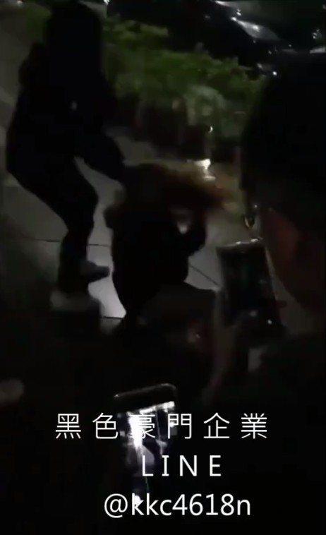 少女被殘暴扯髮在地板上拖行、拋甩,數人動手圍毆。圖/翻攝臉書社團