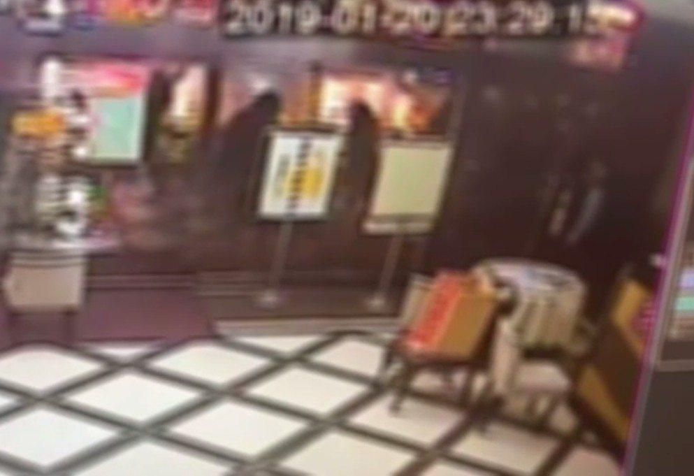 社區監視器拍到少女在門外被殘暴圍毆。記者林昭彰/翻攝