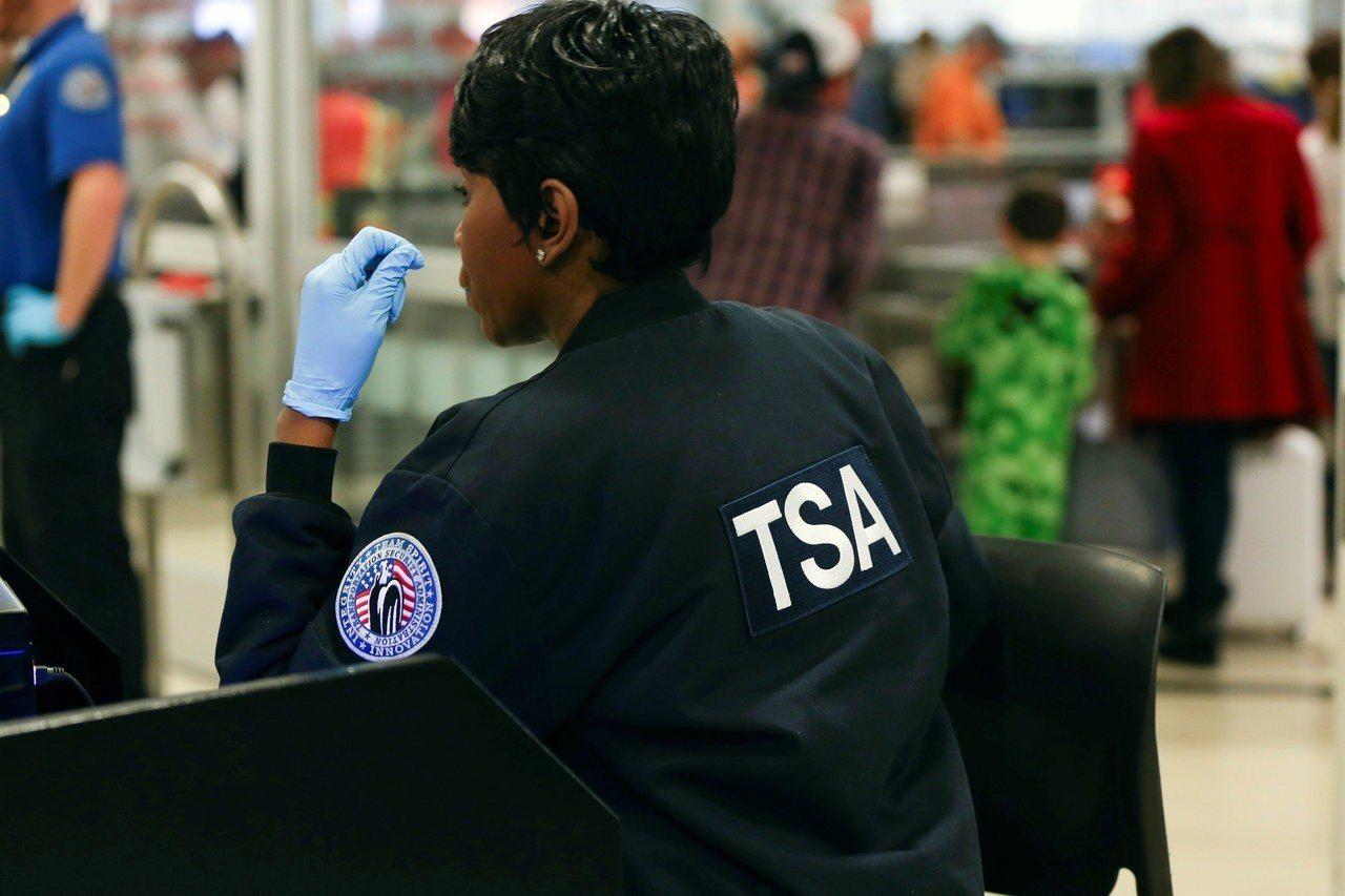 美國運輸安全管理局(TSA)平均年薪在聯邦公務員中排名最低,僅台幣55.6萬元。...