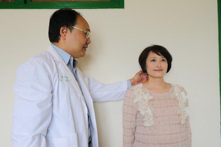亞大醫院神經外科主任林志隆指出,女性比男性更容易出現頸椎關節病變。圖/亞洲大學附...