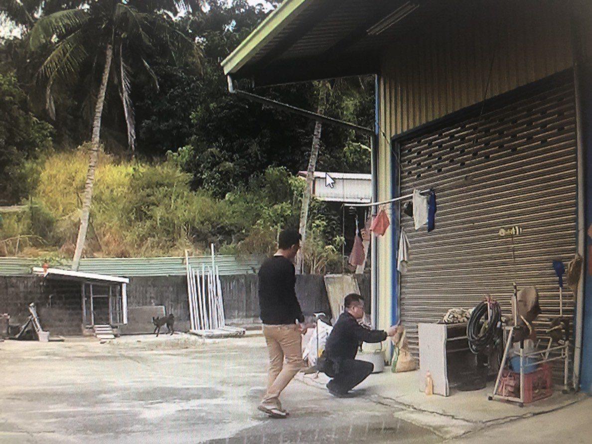 台南市政府警察局歸仁分局媽廟所警員林志鴻,憑著記憶協助黃姓婦人找回家屬。記者綦守...