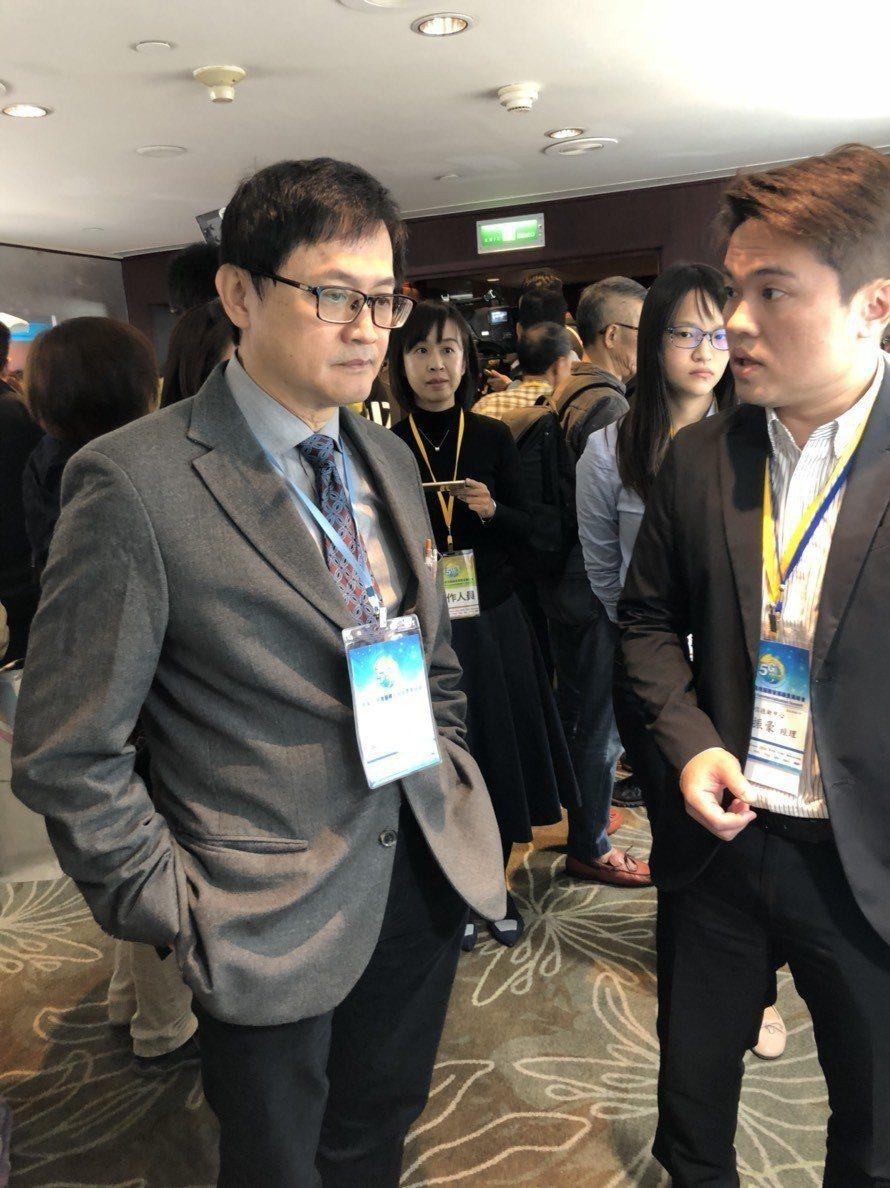 童子賢今日出席「台灣5G商用服務發展願景高峰會」,會後參觀電信業者相關產品。 記...