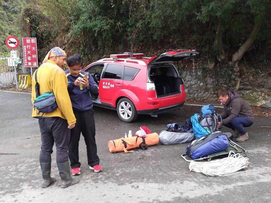 「比基尼登山客」吳姓女山友被發現時已死亡,目前待天候允許將以直升機將遺體吊掛下山...
