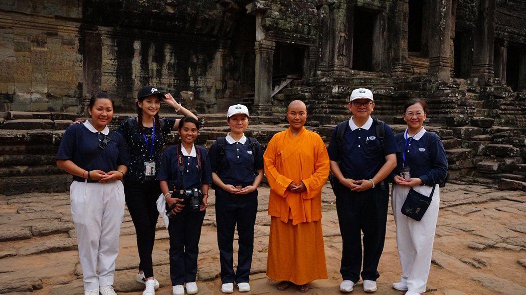 唐美雲在柬埔寨慈濟人的協助下實地拍攝「高僧傳」,演員樓心潼(左二)也參演。圖/民...