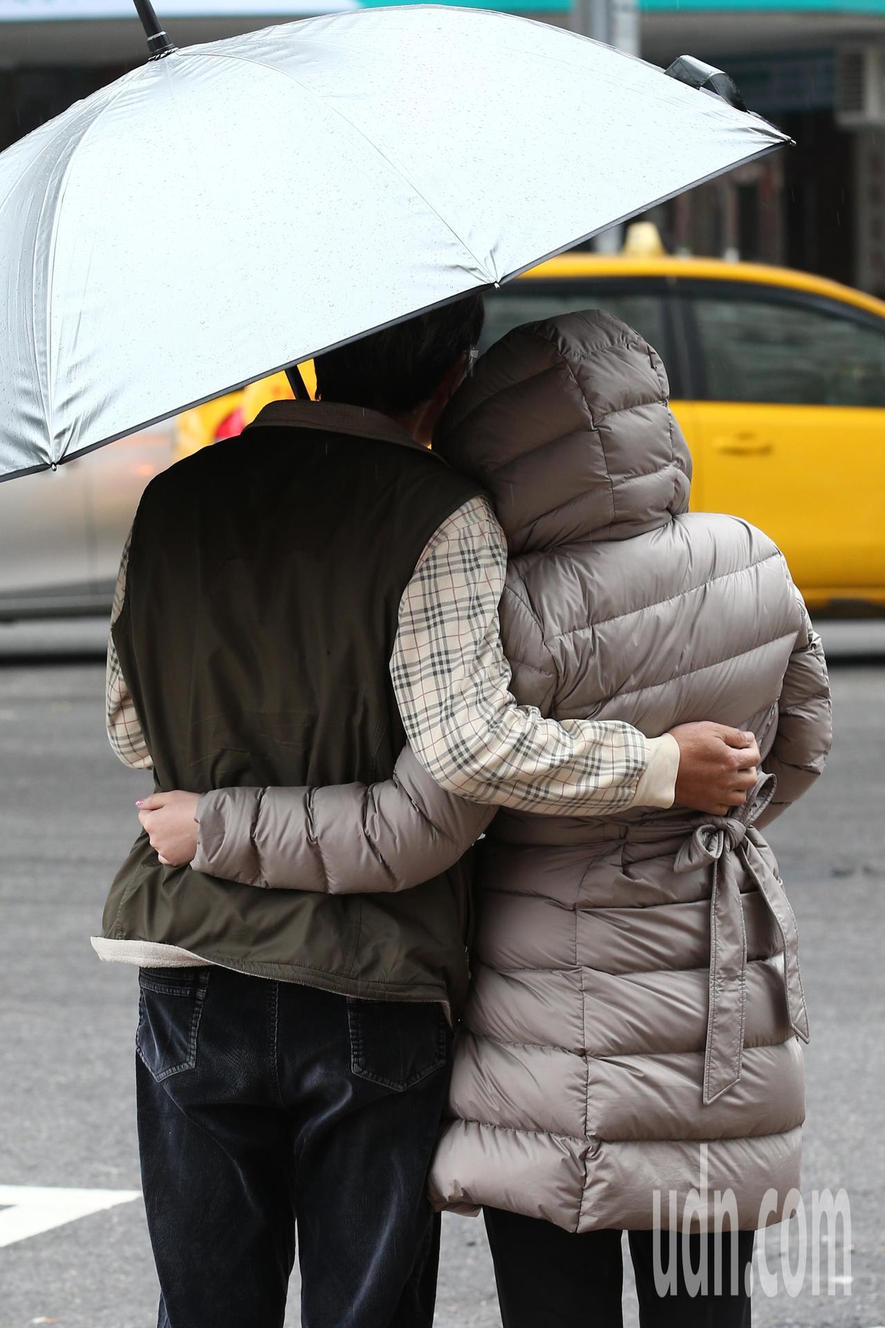 中央氣象局剛發布低溫特報,表示強烈大陸冷氣團影響,各地天氣寒冷,明(22日)晚至...