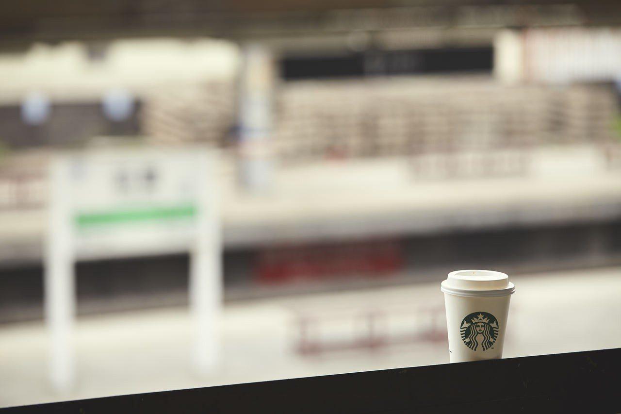 「新豐門市」的星巴克轉運著溫暖、思念、歡聚與期待的舊火車站。圖/星巴克提供