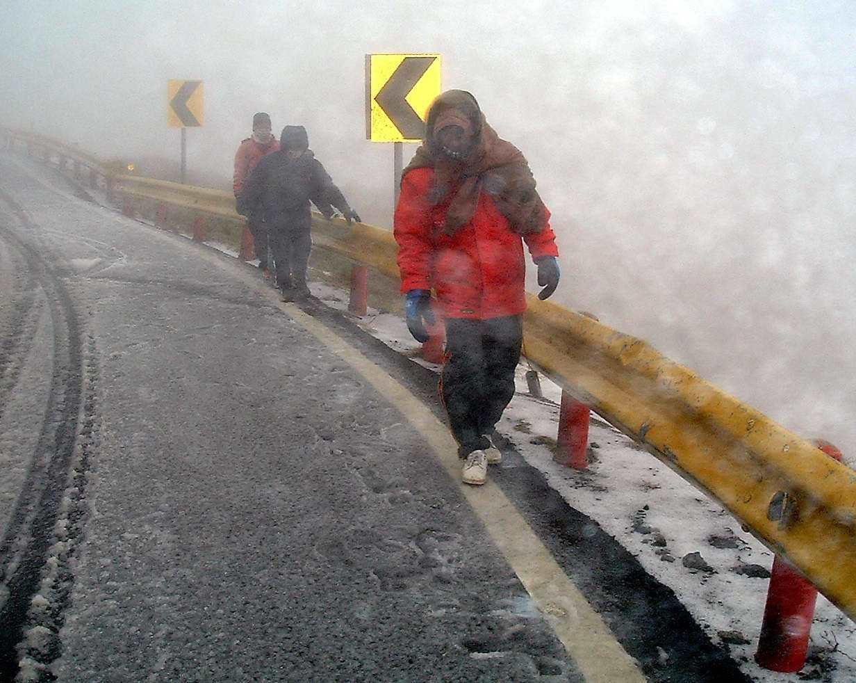 低溫造成合歡山路段入夜馬路恐結冰,為行車安全,公路總局今傍晚起執行預警封路。圖/...