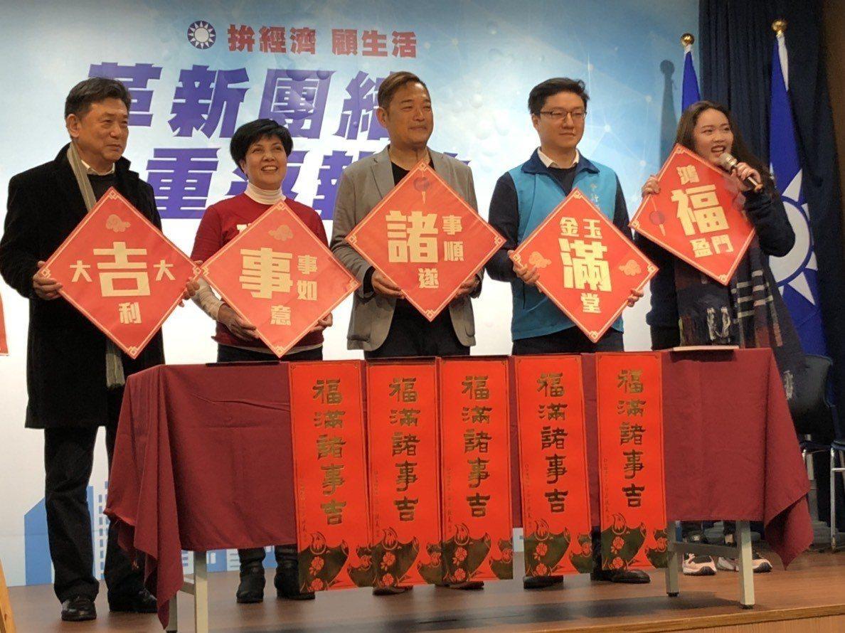 國民黨今(21日)找來5位屬豬的黨員一起發表豬年「福滿諸事吉」春聯。記者潘姣琪/...