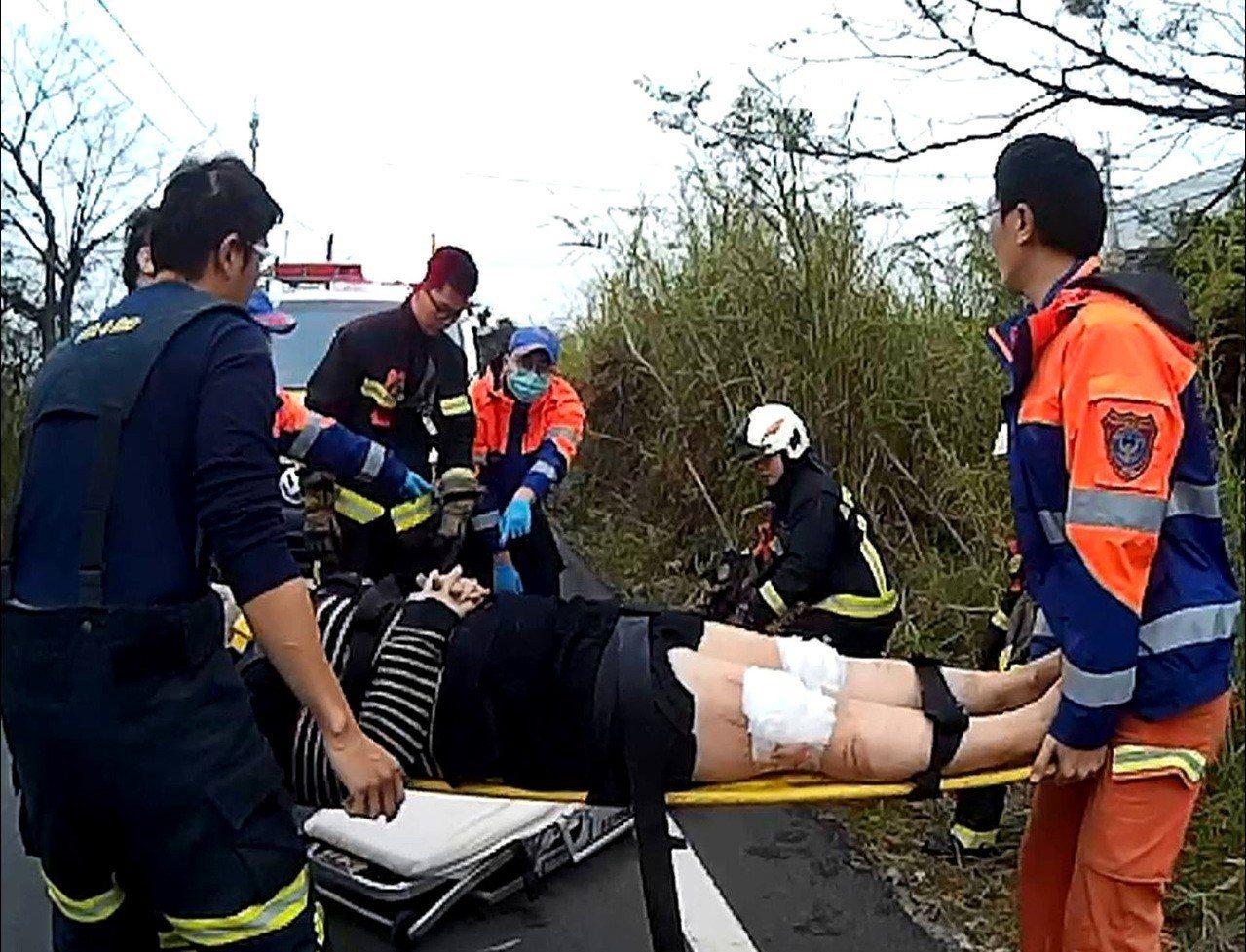 桃園市大園警分局員警晨跑,意外救到開車翻覆水溝底的受傷謝女,119消防救護員將謝...