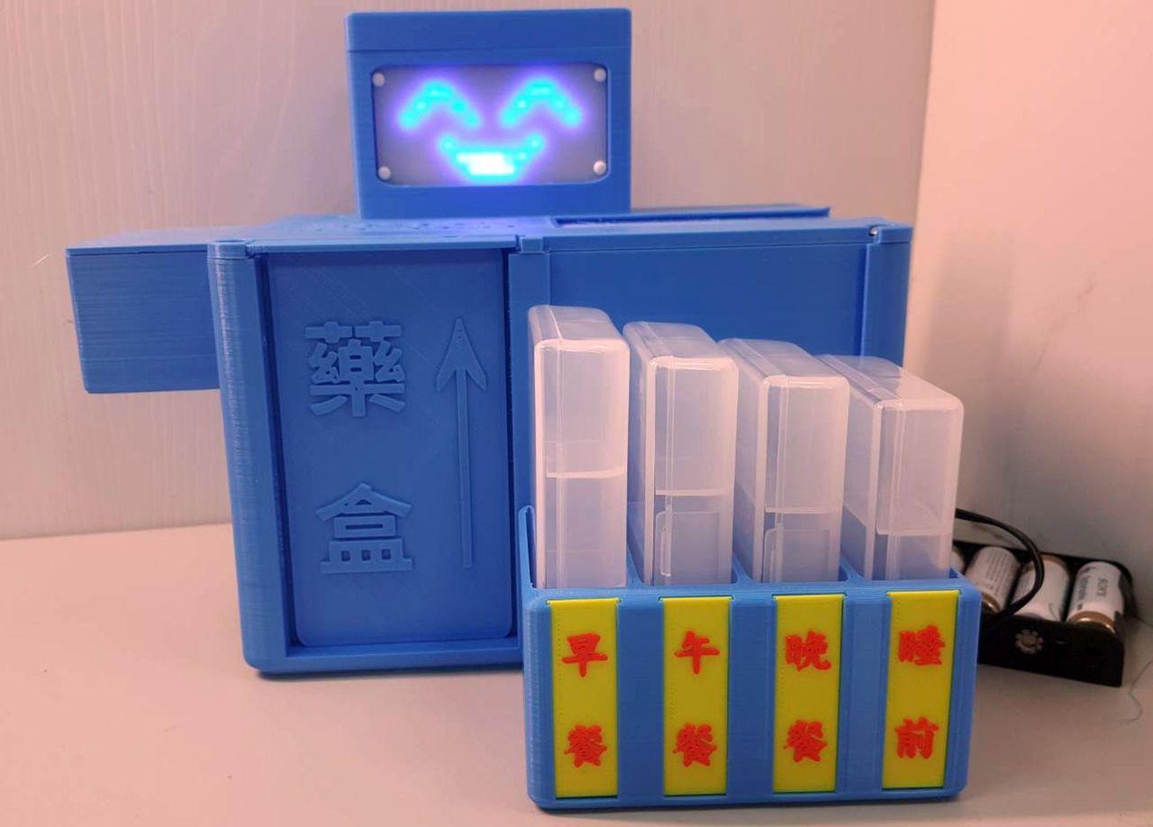 為解決高齡長輩用藥的困擾,高雄長庚醫院與正修科大聯手開發一款「智慧藥盒」,設定好...