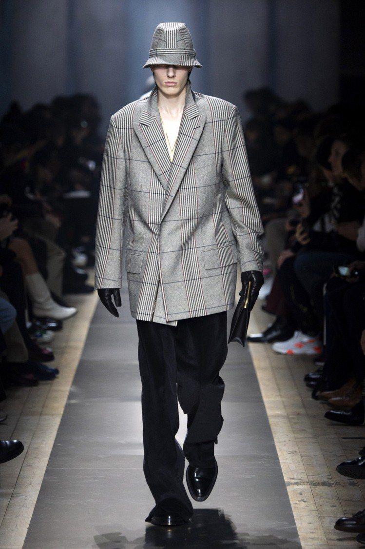寬版的雙排釦西裝上衣,dunhill男裝在細節中呈現了英倫文化中的精緻著裝,但同...