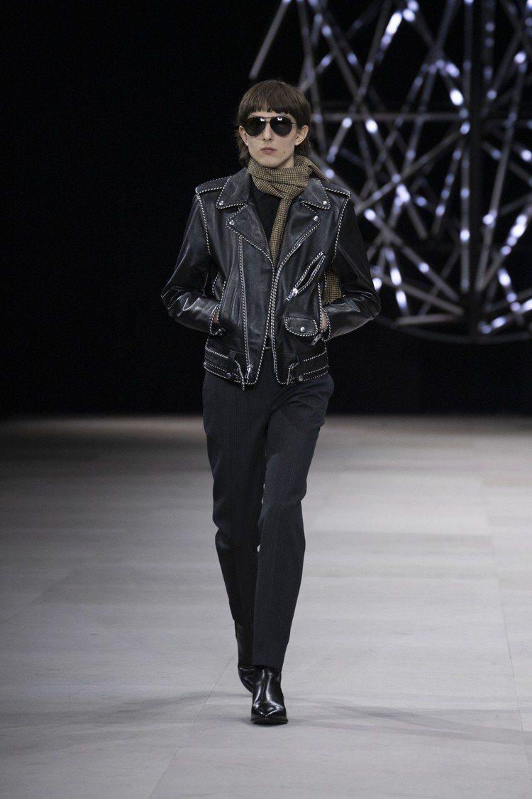 帶有鉚釘裝飾沿邊的皮衣夾克,亦是設計師Hedi Slimane從他牌移植至Cel...