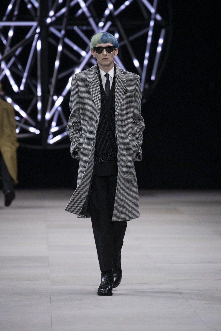 Celine的2019秋冬男裝,有著千鳥格紋大衣、極窄版領帶,加上復古的漂染髮型...