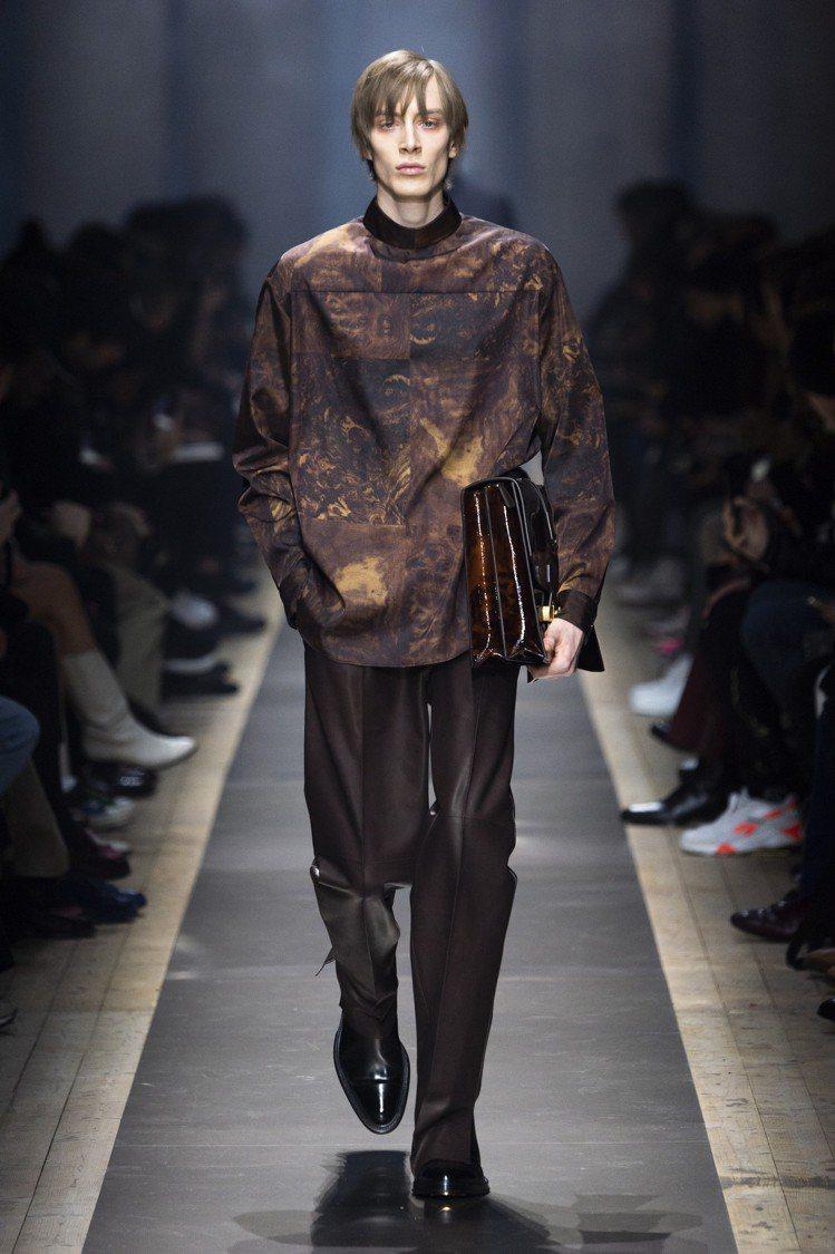 dunhill透過滿版印花的上衣搭配西裝褲、公事包的造型,展現二元性的主題。圖/...