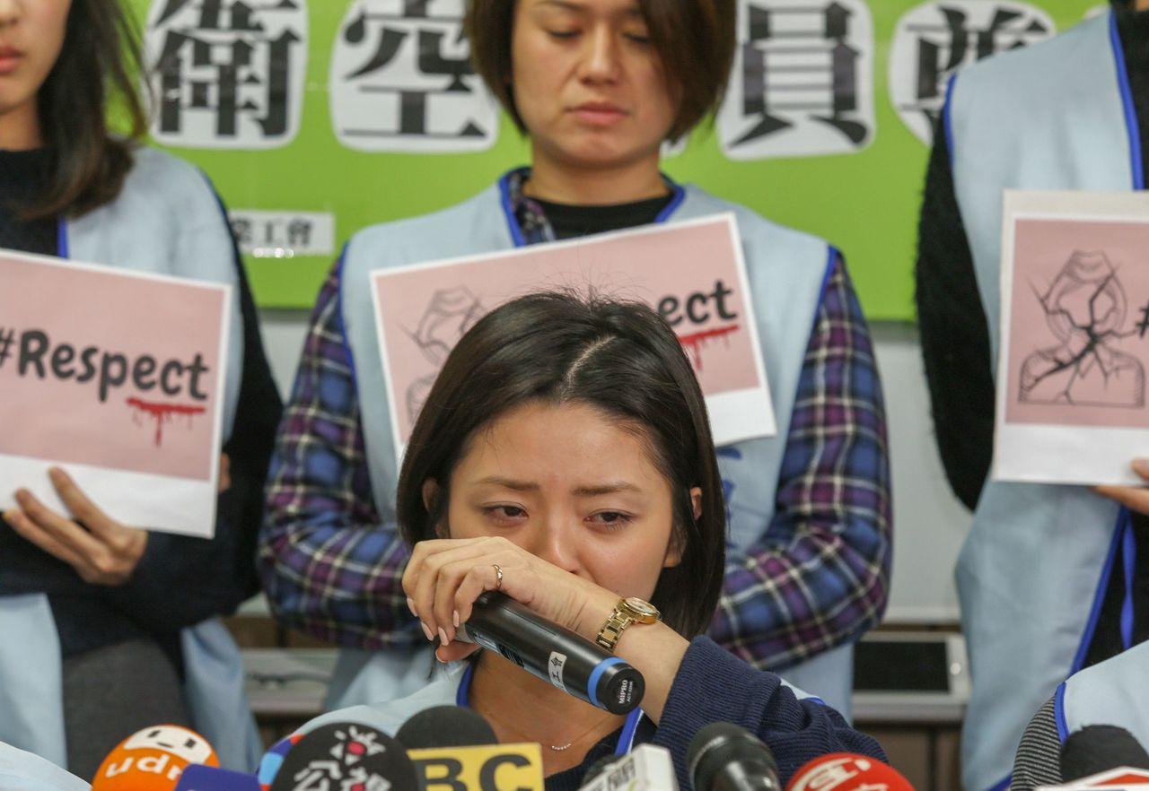 桃園市空服員職業工會在台北辦公室舉行空服員被迫「脫褲子、擦屁股」記者會,受害空服...