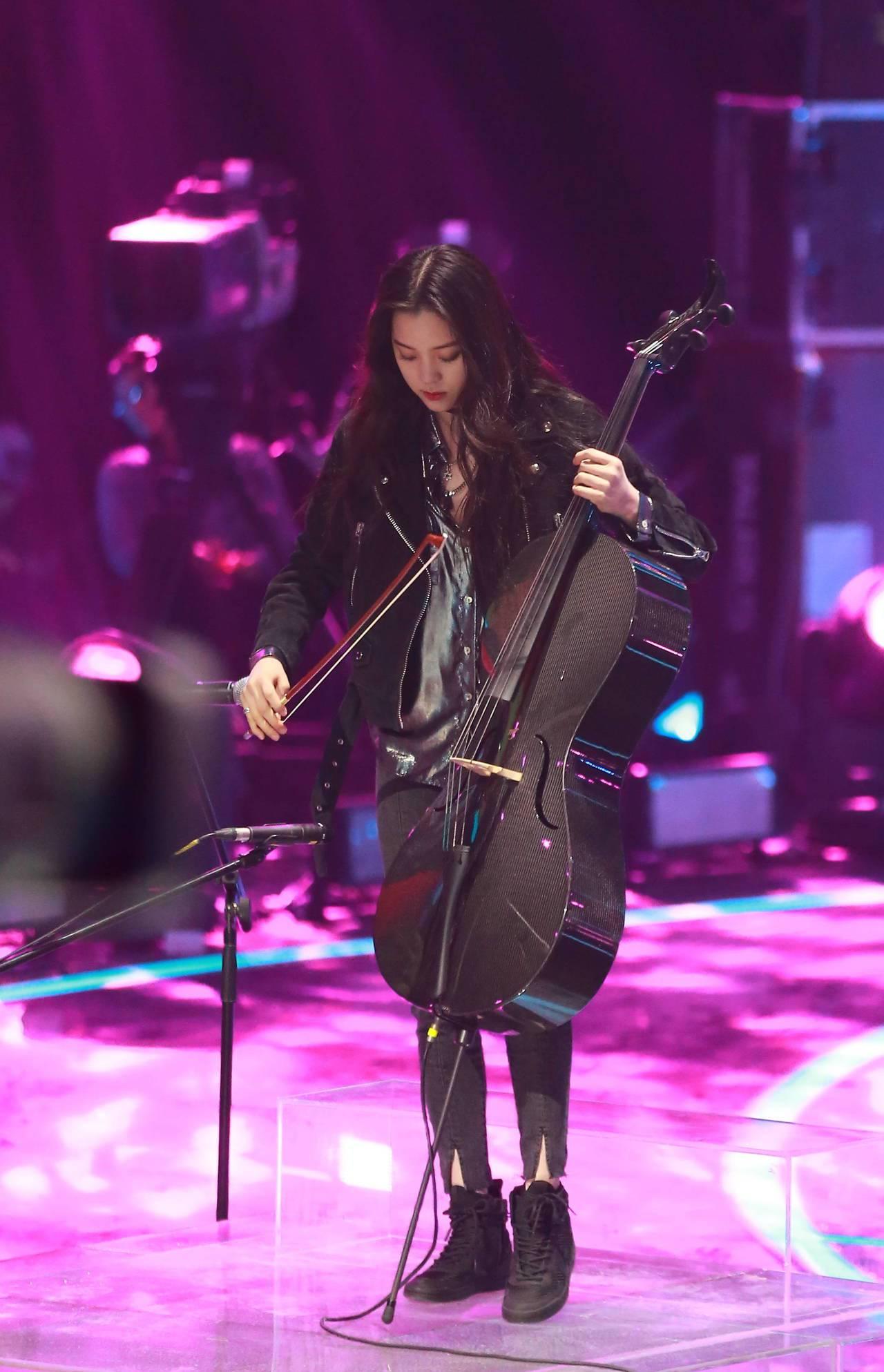 在近日播出的大陸節目《即刻電音》中,娜娜則是換上Acne Studios的皮夾克...