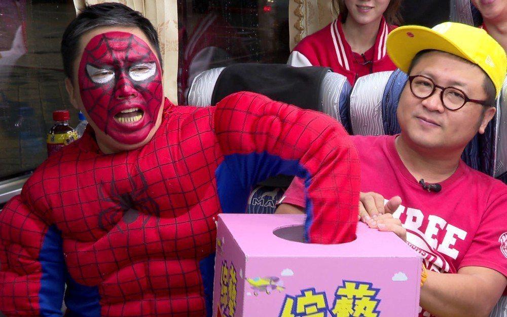 趙正平(左)被扮成蜘蛛人。圖/台視提供